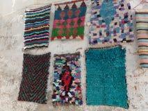 Marokkanische Wolldecken, die an einer Wand außerhalb eines Shops hängen stockbild