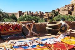 Marokkanischer handgemachter Teppich und Handwerk bei Ait Benhaddou Stockfotos