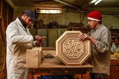 Marokkanischer Handwerker Marrakeschs, der eine Tabelle macht Stockbilder