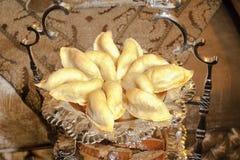 Marokkanischer Patisserie Cornes de gazelle. lizenzfreie stockbilder