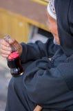 Marokkanischer Senior, der eine Flasche von Coca-Cola hält Lizenzfreies Stockfoto