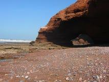 Marokkanischer Strand mit einem Felsen Stockfotografie