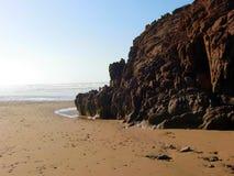 Marokkanischer Strand mit einem Felsen Stockbilder