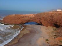 Marokkanischer Strand mit einem Felsen Stockbild
