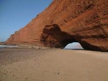 Marokkanischer Strand mit einem Felsen Lizenzfreie Stockfotografie