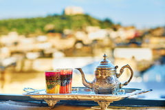 Marokkanischer tadelloser Tee mit Bonbons Lizenzfreies Stockbild