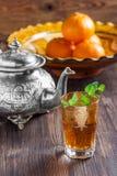 Marokkanischer Tee mit Minze, Eisenkessel und traditionellem Teller Lizenzfreies Stockbild