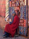 Marokkanischer Teppich-Verkäufer Stockbild