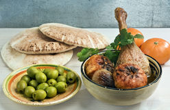 Marokkanisches Entenbein tagine mit Tangerinen stockfotos