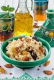 Marokkanisches Kuskus mit Trockenfrüchten und Nüssen in einem tagine Lizenzfreie Stockfotos