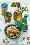 Marokkanisches Kuskus mit Trockenfrüchten und Nüssen in einem tagine Lizenzfreie Stockfotografie