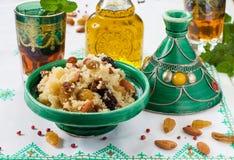 Marokkanisches Kuskus mit Trockenfrüchten und Nüssen im tagÃne Lizenzfreie Stockfotografie