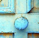 Marokko in Afrika das alte hölzerne Fassadenhaus und das rostige sichere padlo Stockfoto