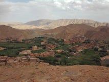 Marokko - Dorp onder bergen stock foto
