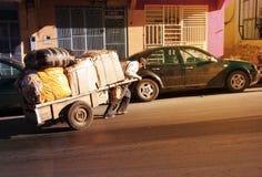 MAROKKO, ESSAOUIRA - 4. Januar 2013 Kanal von essaouira Leute Lizenzfreie Stockbilder