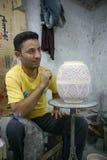 Marokko - Fez - Dekorateur - Junge - abgehobener Betrag - keramisch - Topf lizenzfreie stockbilder
