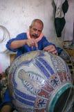 Marokko - Fez - Dekorateur - Mann - keramisch - Topf lizenzfreies stockbild