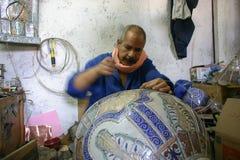 Marokko - Fez - Dekorateur - Mann - keramisch - Topf stockfotografie