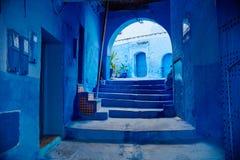 Marokko ist die blaue Stadt von Chefchaouen, die endlosen Straßen, die in der blauen Farbe gemalt werden Viele Blumen und Andenke lizenzfreies stockfoto