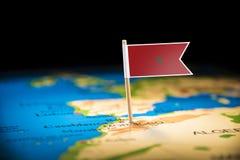 Marokko markierte mit einer Flagge auf der Karte stockbild