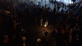 MAROKKO - MARRAKESCH IM JANUAR 2019: Nachtansicht von Djemaa EL Fna, ein Quadrat und Marktplatz in Viertel Marrakeschs Medina str stock footage