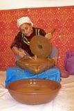 MAROKKO, OURIKA-VALLEI - 24 OKTOBER: De vrouwenwerken in een cooperativ Stock Foto