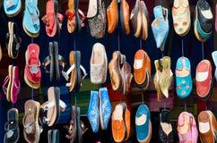Marokko: schoenen in een straatmarkt stock afbeeldingen