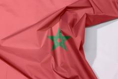Maroko tkaniny flaga zagniecenie z biel przestrzenią i krepa fotografia royalty free