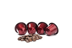 Maroon стручки кофе с кофейными зернами Стоковая Фотография RF