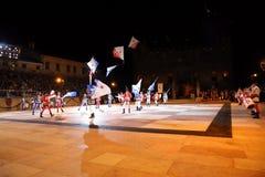 Marostica VI, Italien - September 9, 2016: folk med stora flaggor D Arkivfoton