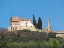 Marostica, Vicenza, Itália O castelo na parte superior da cidade na parte superior do monte Imagem de Stock