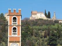 Marostica, Vicenza, Itália O castelo na parte superior da cidade na parte superior do monte Foto de Stock