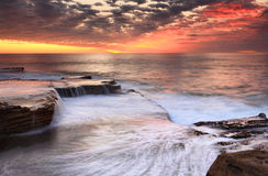 Maroubra kaskadiert szenischen Sonnenaufgang Australiens Lizenzfreie Stockfotos
