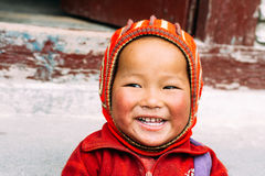 Marpha,北尼泊尔-第28 2015年4月-未认出的尼泊尔男孩在北尼泊尔,安纳布尔纳峰电路艰苦跋涉 库存图片