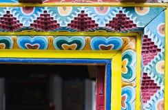 MARPHA, НЕПАЛ - МАЙ 2015: Деталь древесины высекая на непальской входной двери буддийского монастыря стоковая фотография rf