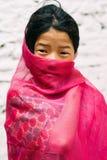 Marpha, северный Непал - 28th из апреля 2015 - неопознанная nepalese девушка в северном Непале, цепи Annapurna Стоковые Изображения RF