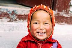 Marpha, северный Непал - 28th из апреля 2015 - неопознанный nepalese мальчик в северном Непале, треке цепи Annapurna Стоковое Изображение