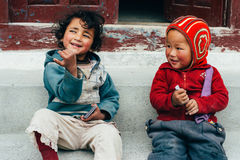 Marpha -第27 4月, 2015年-两未认出的孩子在村庄Marpha,尼泊尔 库存图片