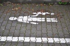 Marquage routier piétonniers de ruelle sur le trottoir Images stock