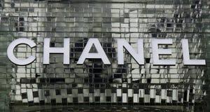 Marque avec des lettres le chanel sur un mur de verre à Amsterdam photo stock