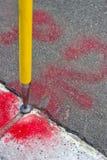 Marque d'enquête géodésique réglée en asphalte photos stock