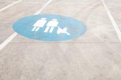 Marque d'index sur la famille dans le parking de mail pour des voitures avec c Images libres de droits