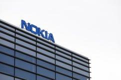 Marque de Nokia sur un immeuble de bureaux photos stock