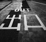 Marque de route de sortie en noir et blanc Images libres de droits
