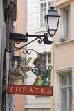 Marque de théâtre de Guignol au-dessus de la rue Image stock