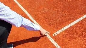 Marque de vérification d'arbitre de chaise sur le court de tennis d'argile banque de vidéos