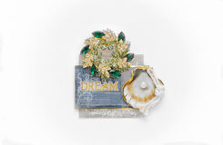 marque el mensaje de la palabra con etiqueta con brocha de las piedras de gema la pequeña atada aislada en blanco Fotografía de archivo libre de regalías