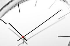 Marque el reloj de pared de la oficina en un estilo clásico, fotos de archivo
