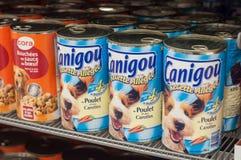 marque en boîte de canigou d'aliments pour chiens au supermarché de Cora photo stock