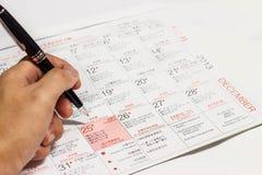 marque la fecha de la Navidad en un calendario. Fotografía de archivo
